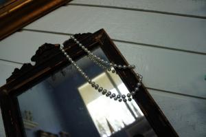 Christmas-mantle-mirror-pearls-
