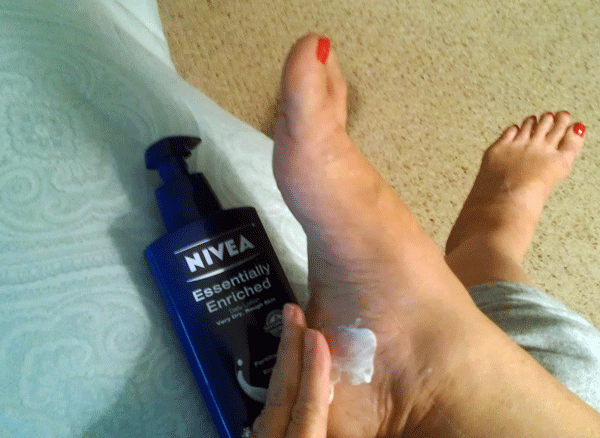 Rubbing-Nivea-into-feet #HolidayGuide